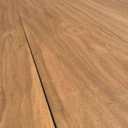 Piastrelle di gres porcellanato effetto legno, vista dettagliata.