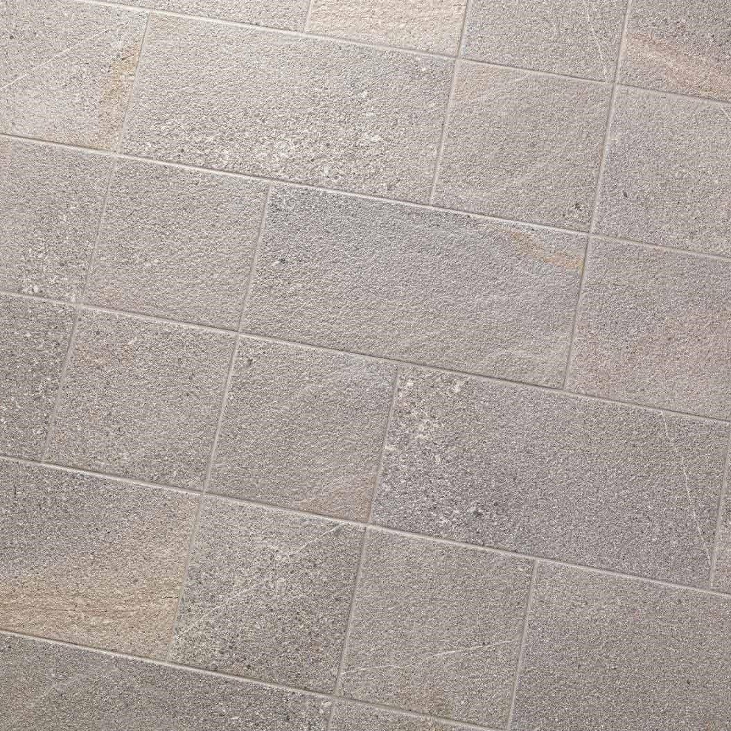 Pavimento in gres porcellanato smaltato effetto pietra per esterno (R11). Dimensioni singola piastrella 21,6 × 43,5 cm, spessore di 9 mm. Una scatola contiene 1,31 mq. Realizzato in Italia. Alta qualità.