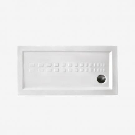 Piatto doccia rettangolare in ceramica con bordo rialzata, texture antiscivolo e piletta rotonda cromo.