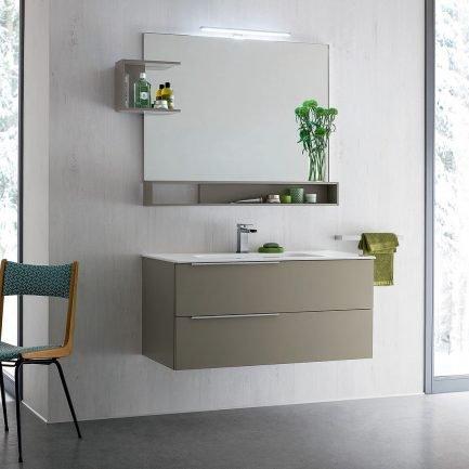 Mobile da bagno sospeso ( L105 x P50 x H50 cm) con due cassetti a rientro ammortizzato con maniglie a lama, lavabo in ceramica bianco lucido, specchiera con lampada LED (105 x 62,5 cm) e mensole per specchiera.