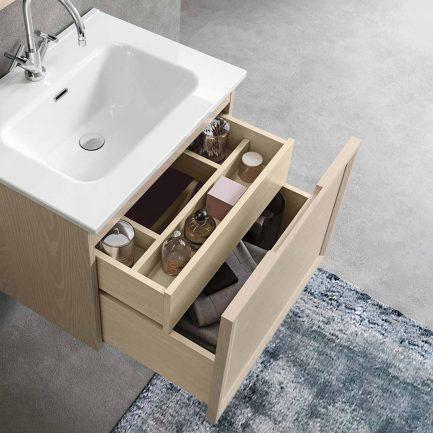 Mobile da bagno sospeso con cassettone aperto
