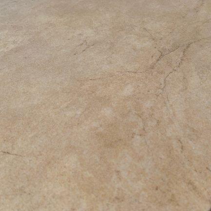 Pavimento in gres porcellanato effetto quarzo. Tonalità calda. Vista dettagliata.