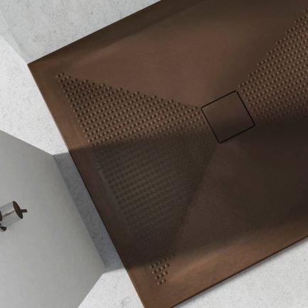 Piatto doccia in ceramica marrone con texture antiscivolo