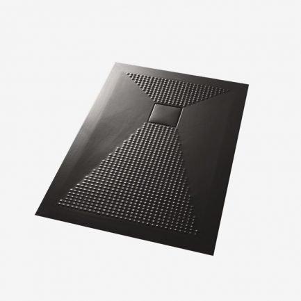 Piatto doccia in ceramica plus-ton nero con texture antiscivolo e piletta in ceramica nera.