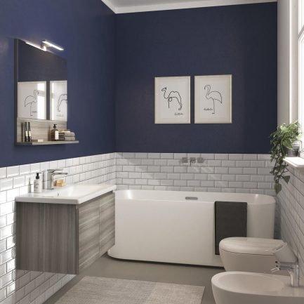 Mobile da bagno sospeso con anta semiaperta. Lavabo in ceramica e specchio con mensola, vista semilaterale.