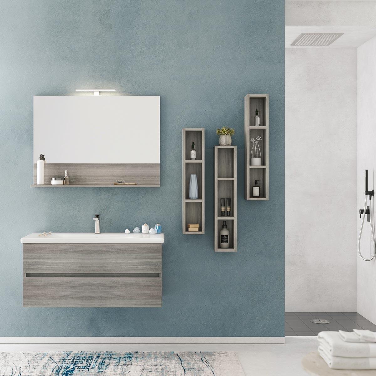 Mobile da bagno con cassetti, specchiera con mensola e lampada, tre colonne laterali. Finitura legno.